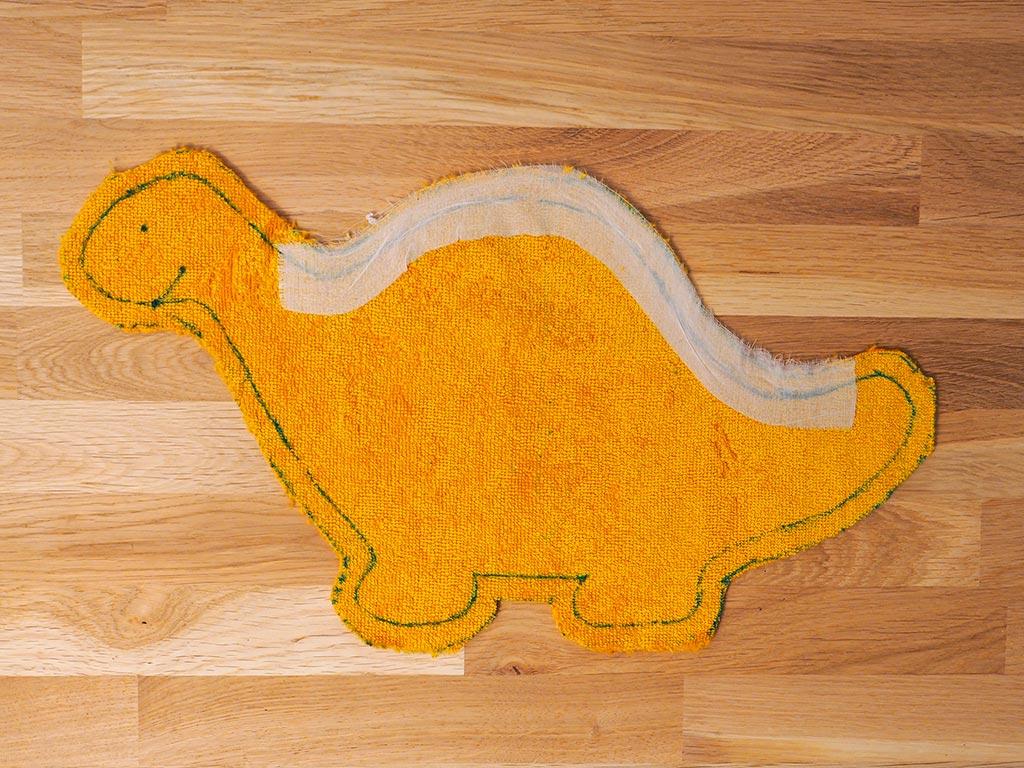 Renforcer le dos du dinosaure par de l'entoilage thermocollant