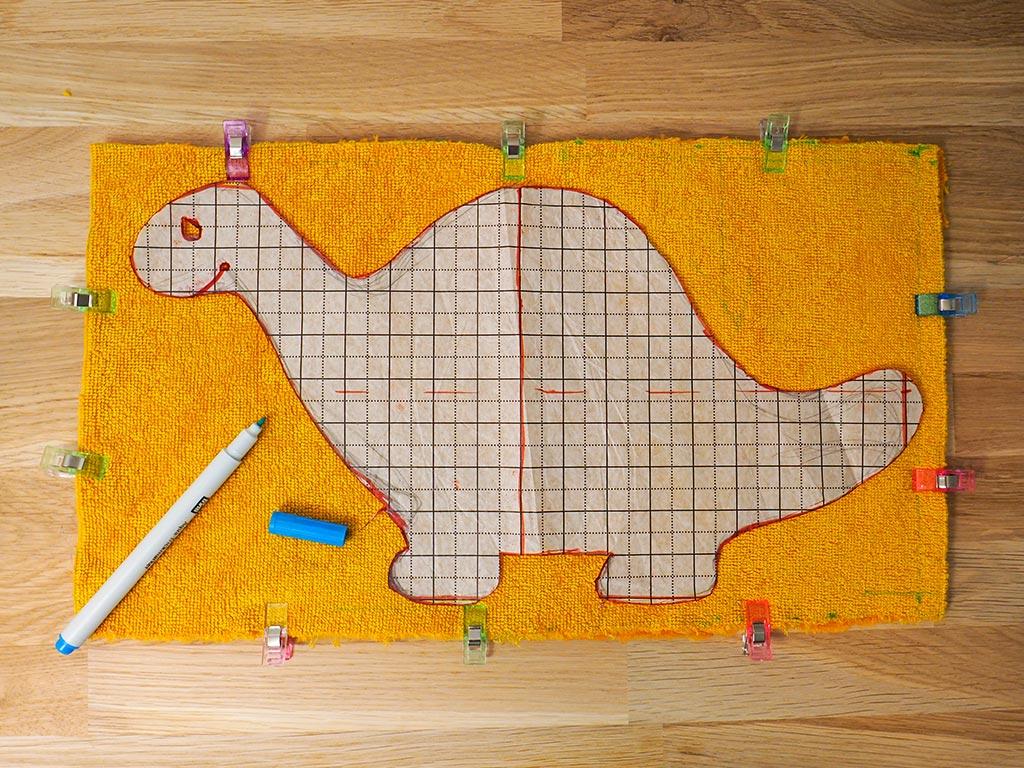 Report du patron dinosaure sur les tissus au stylo effaçable