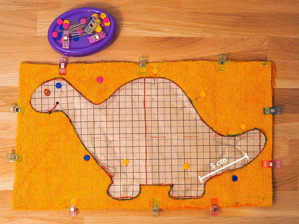 épingler le patron dinosaure au tissu