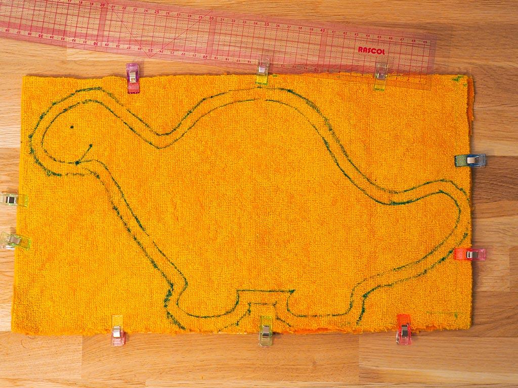Report des marges de couture de 1 cm autour du dinosaure