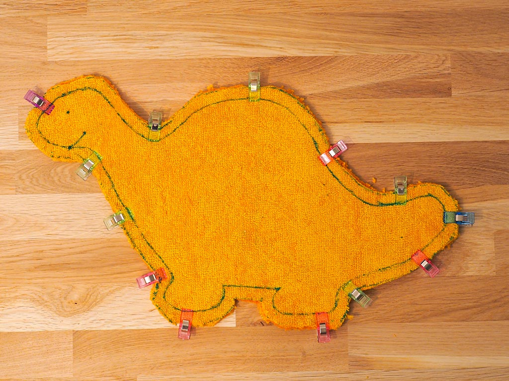 Découpe des tissus du dinosaure